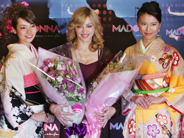 Pop queen Madonna (C) poses with Japanes